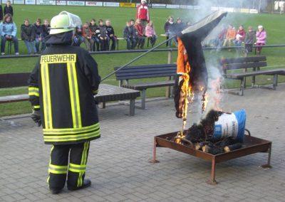Demonstration zur Entflammbarkeit einer Jacke Brandschutzerziehung Jugendwoche 2008[1]
